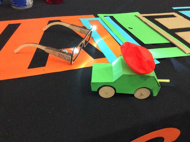 Coche propulsado con globo Maker Faire
